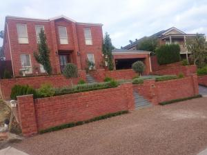 Diamond creek formal garden, crushed sandstone parking on nature strip, Symetrical garden.